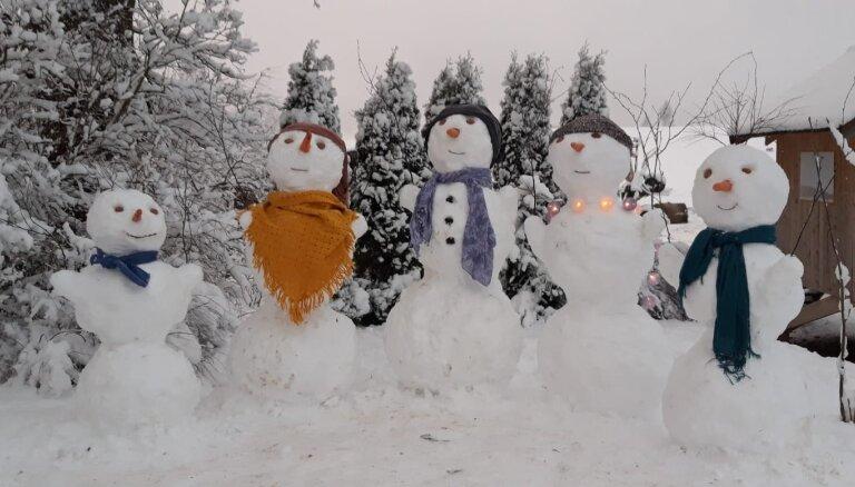 Foto: Skaistā sniegavīru ģimenīte Jaunpiebalgas novadā