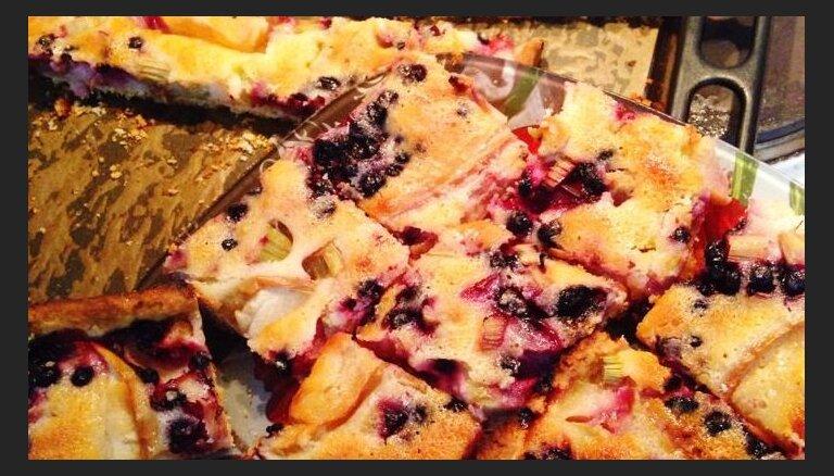 Sulīgā rabarberu plātsmaize ar āboliem un saldētām ogām