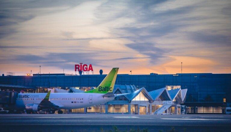 Pasažieru skaits lidostā 'Rīga' mēneša laikā palielinās gandrīz uz pusi