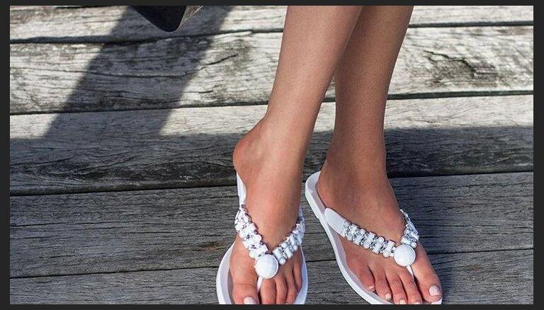 ФОТО. Популярная летняя обувь признана опасной для здоровья