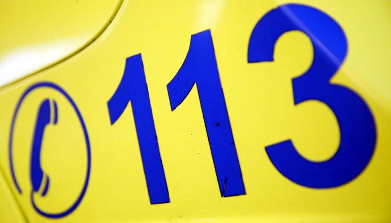 """В Риге """"скорая"""" проехала на красный свет и попала в аварию: трое пострадавших"""