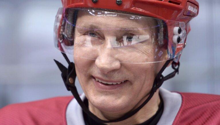 Путин забросил больше половины шайб своей команды в хоккейном матче на Красной площади