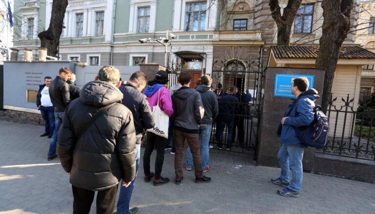 У посольства Украины в Латвии выстроилась очередь желающих проголосовать