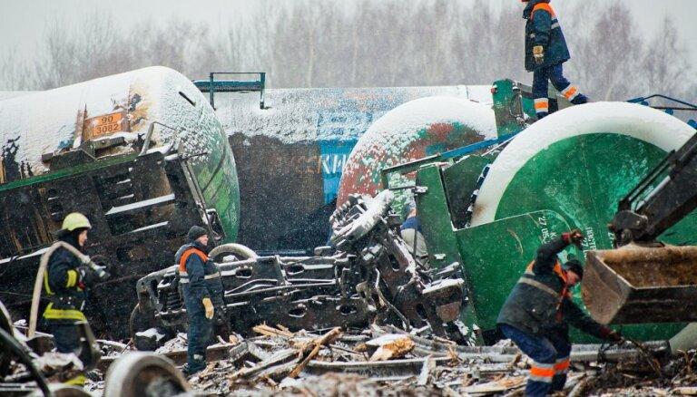 Naujenes avārijas vietā tuvākajā laikā varētu atjaunot satiksmi; 'rindā' gaida 125 vilcieni