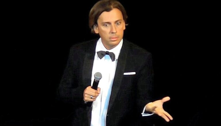 Galkins uz skatuves skarbi pasmejas: 'Putins domā citos mērogos'