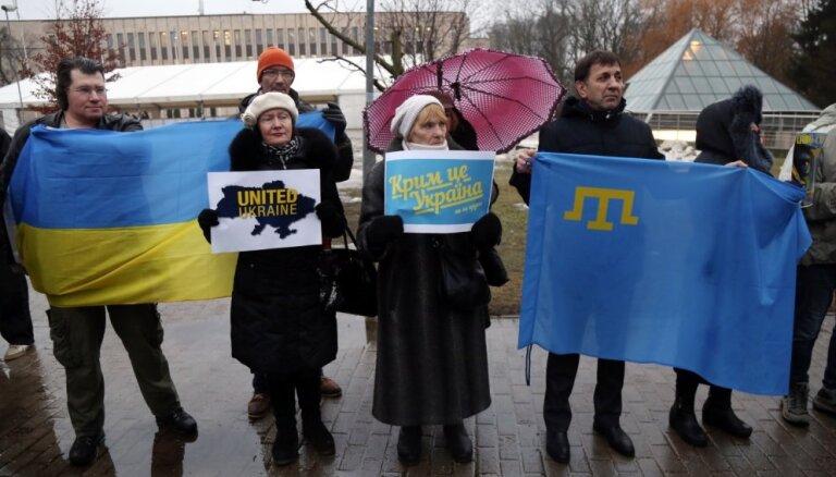 ФОТО: Акция протеста конгресса украинцев возле посольства России в Риге