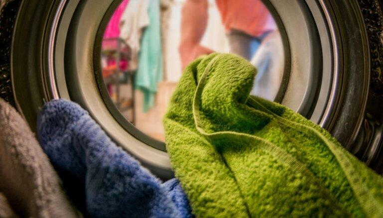 Sasmakušas drēbes pēc mazgāšanas: veļasmašīnas lietošanas kļūdas un ķibeļu risinājumi