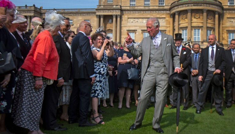 Foto: Princis Čārlzs līksmo Bekingemas pils dārza ballītē