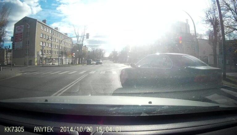 Video: 'BMW' Rēzeknē nekaunīgi 'nogriež' ceļu citam satiksmes dalībniekam