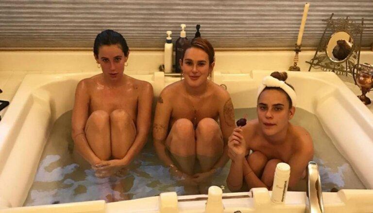 Vilisa un Mūras trīs daiļās meitas plikas plunčājas vannā