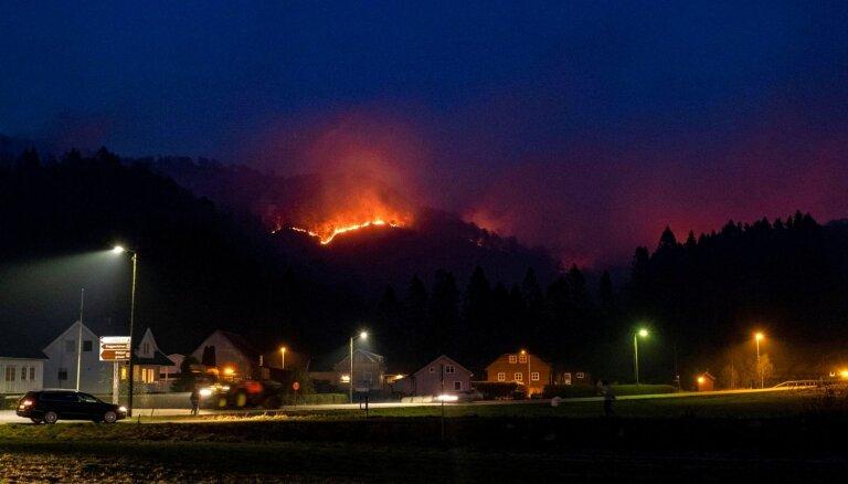 Foto: Zviedrijas un Norvēģijas mežus plosa meža ugunsgrēki