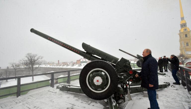 ВИДЕО: Путин сделал залп из пушки Петропавловской крепости