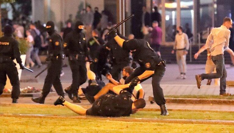 Foto un video: Tūkstoši kliedz: 'Уходи!'; Omon atbild ar brutālu spēku