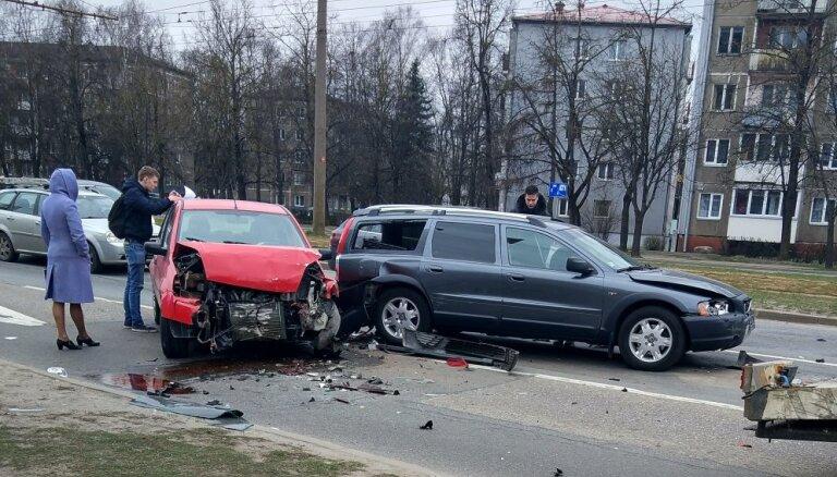 Авария на Маскавас: пострадавшие водители дали парню в нос