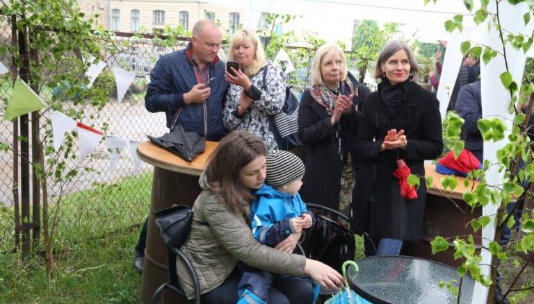 Foto: Cilvēki lustējas 'Miera ielas Vasarsvētkos'