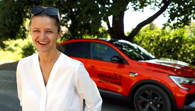 Video: Aktrise Madara Botmane iepazīst 'Renault Arkana' apvidnieku