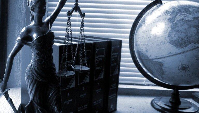 Aizdomās par izspiešanu un dokumenta viltošanu aizturēta advokāte un vēl trīs personas