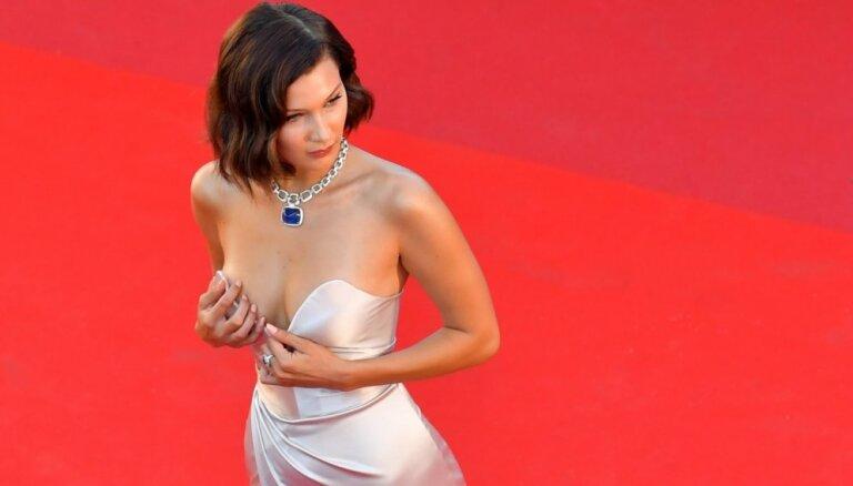 ФОТО: Белла Хадид продемонстрировала грудь на модном показе