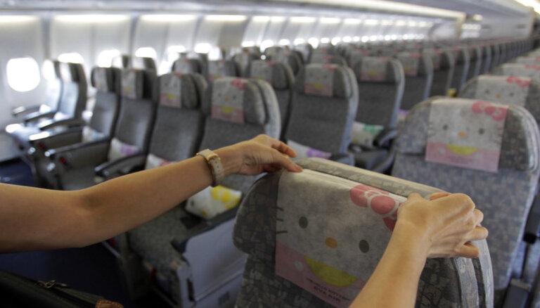 Толстый пассажир унизил стюардесс и заставил снимать с себя штаны