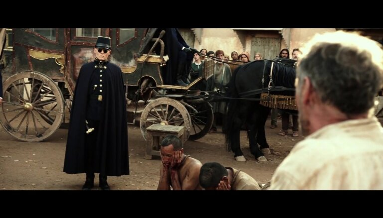 Noskaties! Klajā laists filmas 'Gaidot barbarus' treileris ar Depu un Patinsonu