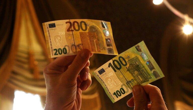 ФОТО: В обращение выпущены новые банкноты по 100 и 200 евро
