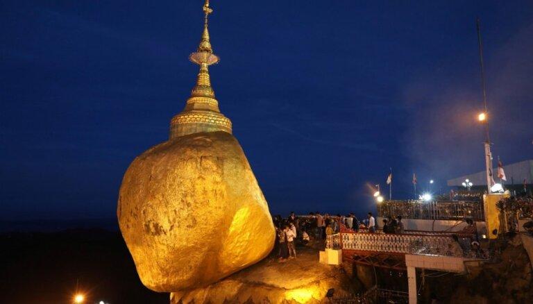 Zeltā klāts akmens Mjanmā, kas ir iecienīts svētceļojuma galamērķis