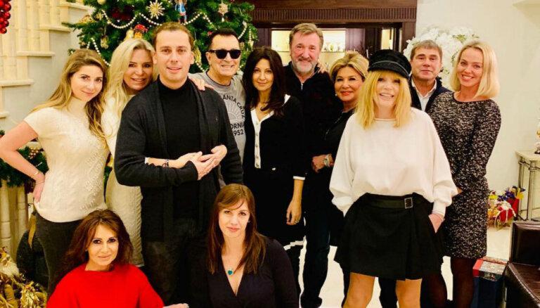 Alla Pugačova Ziemassvētku foto apbur ar jauneklīgu izskatu
