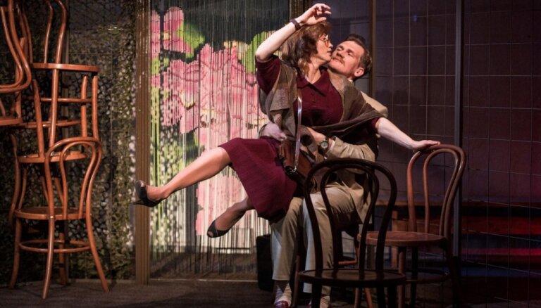 Foto: Ģirta Ēča iestudētā komēdija 'Saniknotā slieka' uz JRT skatuves