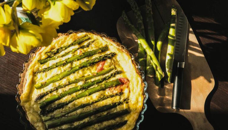 Brokastu tarte ar sieru, olām un sparģeļiem