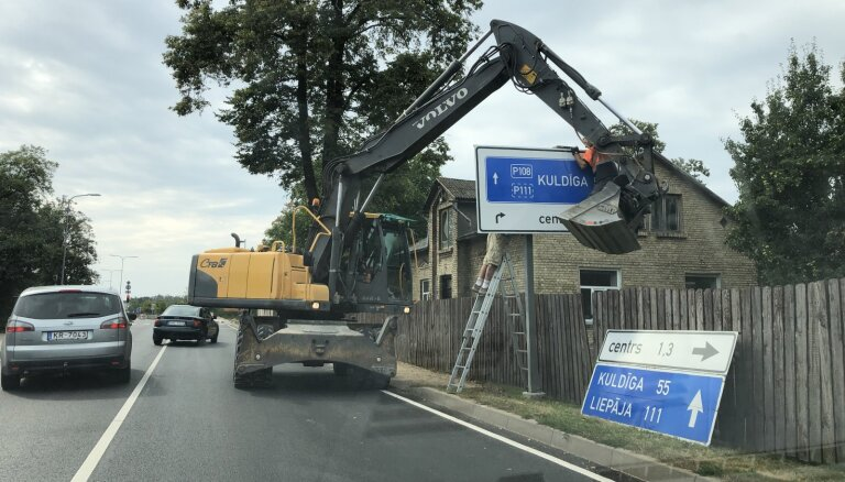 Aculiecinieka foto: Savdabīga ceļa zīmes uzstādīšana Ventspilī