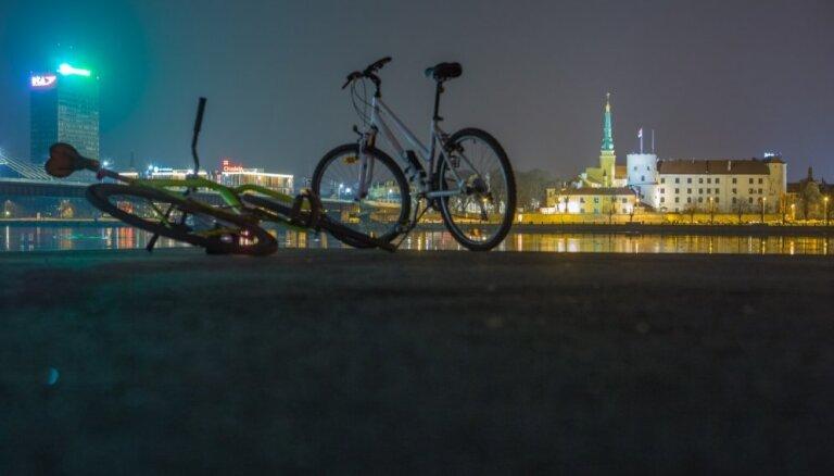 "CSDD раздала лампочки ""велосипедистам-невидимкам"""