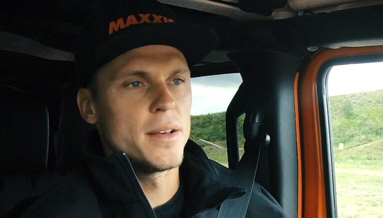 'Ātruma cilts' video: Štrombergs ar džipu pārvar savas bailes bezceļos