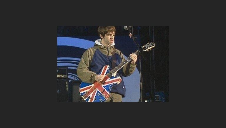 "Fans uzbrūk ""Oasis"" ģitāristam Noelam Galaheram"