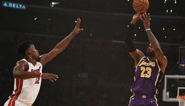 Pārtrūkst Džeimsa 'triple double' sērija; 'Lakers' izcīna septīto uzvaru