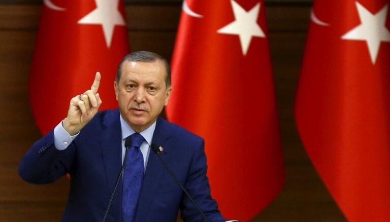 Erdogans un Tramps telefonsarunā apsprieduši drošības zonas izveidošanu Sīrijā