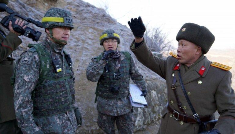 Foto: Demilitarizētajā zonā bez naida tiekas Ziemeļkorejas un Dienvidkorejas karavīri
