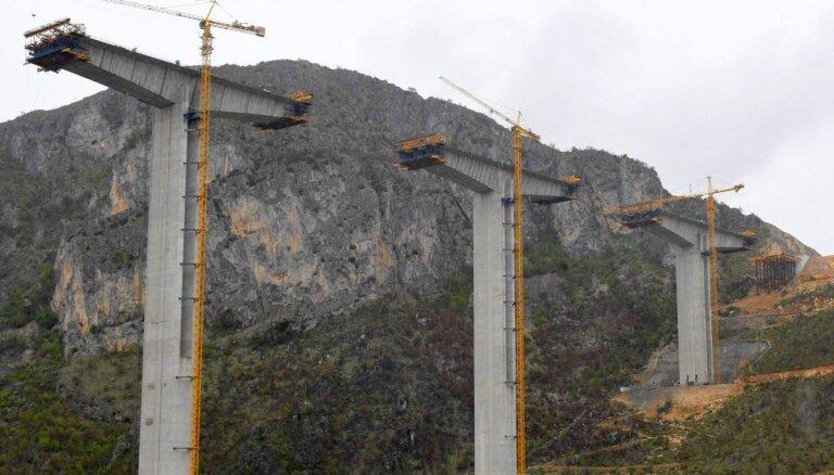 Melnkalne spiesta ļaut ķīniešiem automaģistrāli būvēt ilgāk