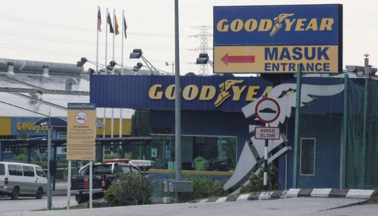Riepu ražotājs 'Goodyear' apsūdzēts ārvalstu darbinieku tiesību pārkāpšanā