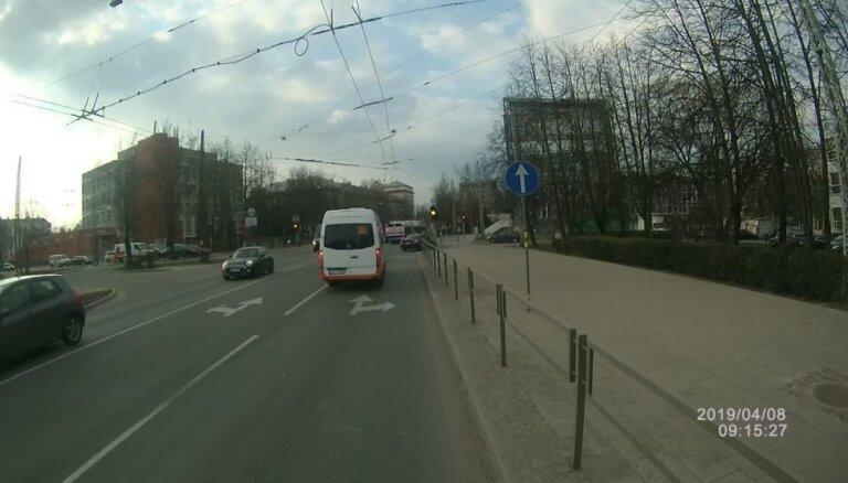 Velosipēdista video: Minibusa vadītājs Rīgā ignorē jebkādus noteikumus