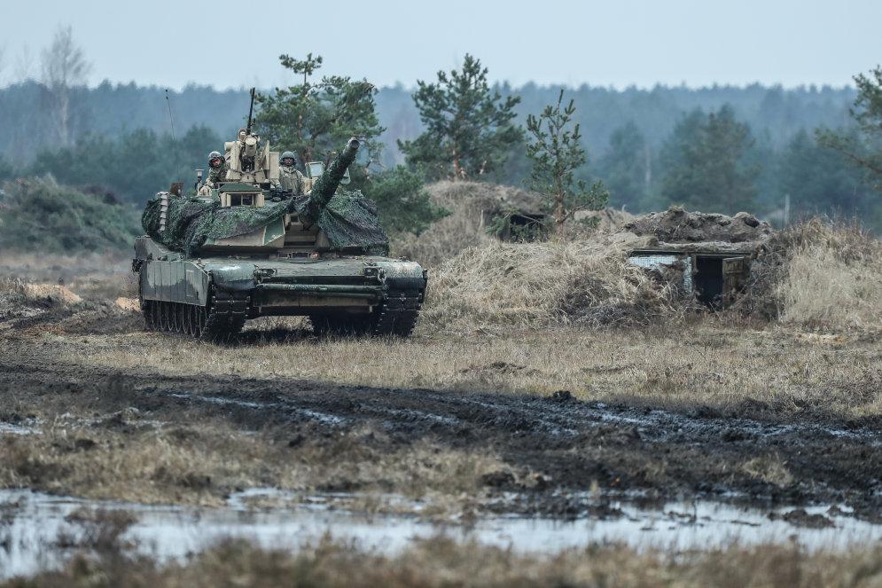 ФОТО. Американские танки и БМП отчаялись найти в Латвии пустыню; сменили камуфляж