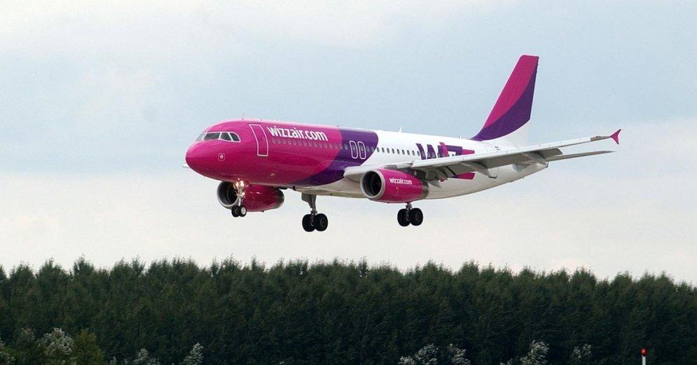 Пассажир Wizz Air пытался выйти из самолета в полете