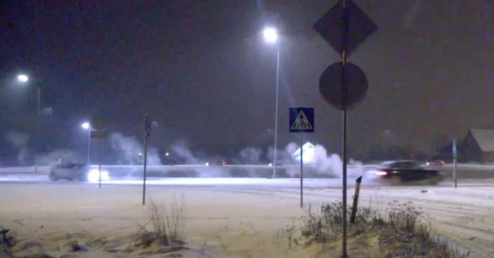 'Drifts' pa pirmo sniegu Rīgas ielās