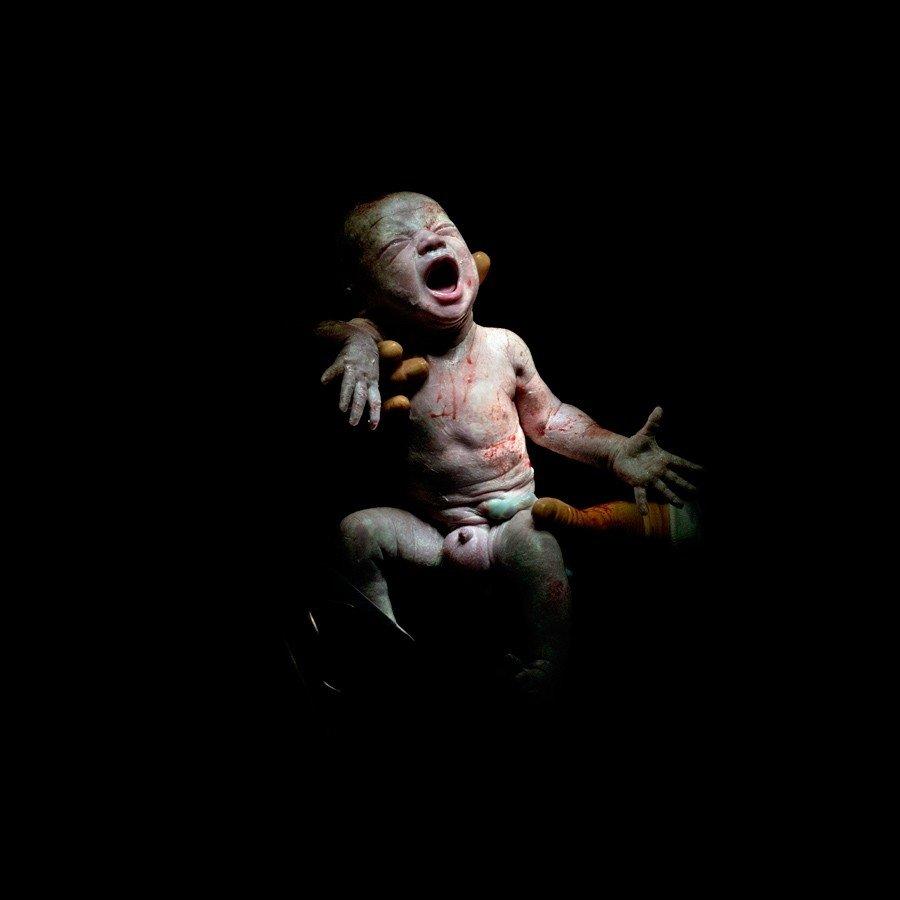Kā izskatās bērni dažas sekundes pēc piedzimšanas