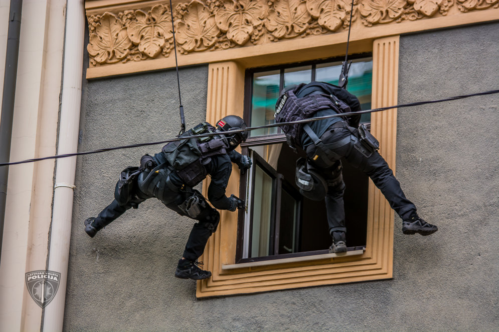 """ФОТО: Как спецназ """"Омега"""" в центре Риги учился заложников освобождать"""