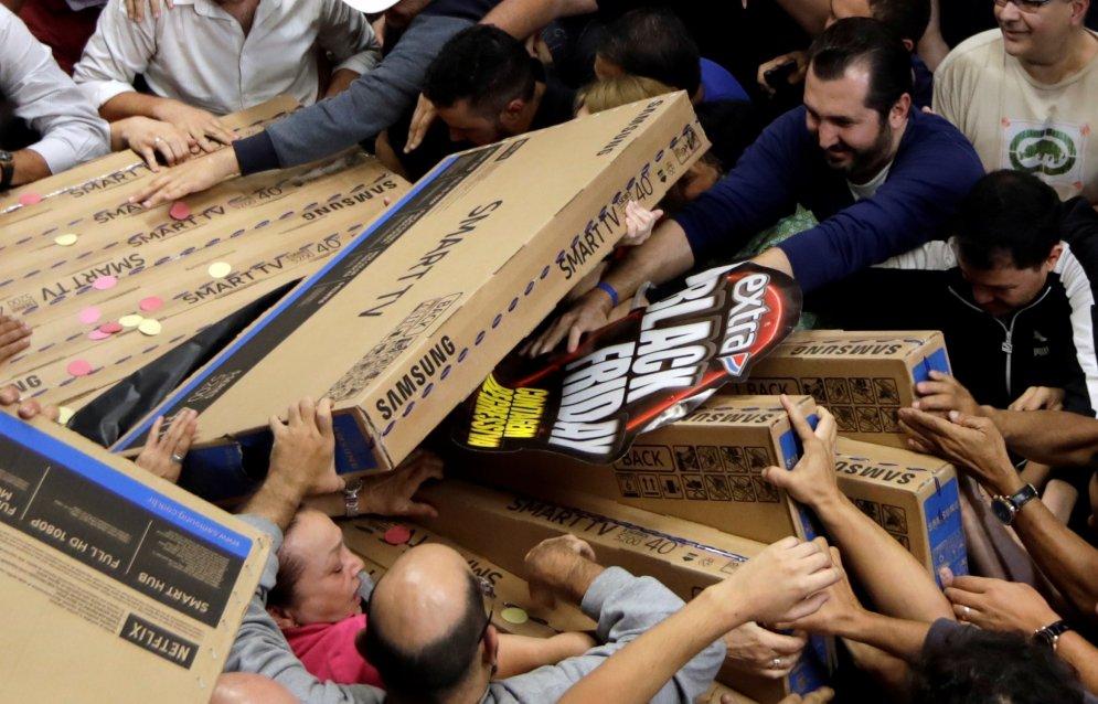 Американцы штурмуют магазины в