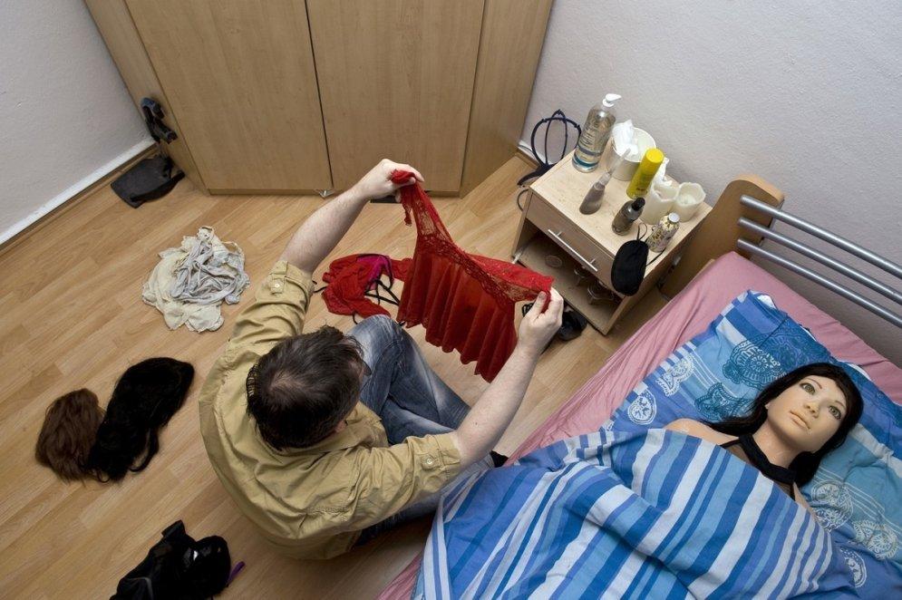 Patiess mīlas stāsts: 40 gadus vecs vīrietis dzīvo kopā ar lelli
