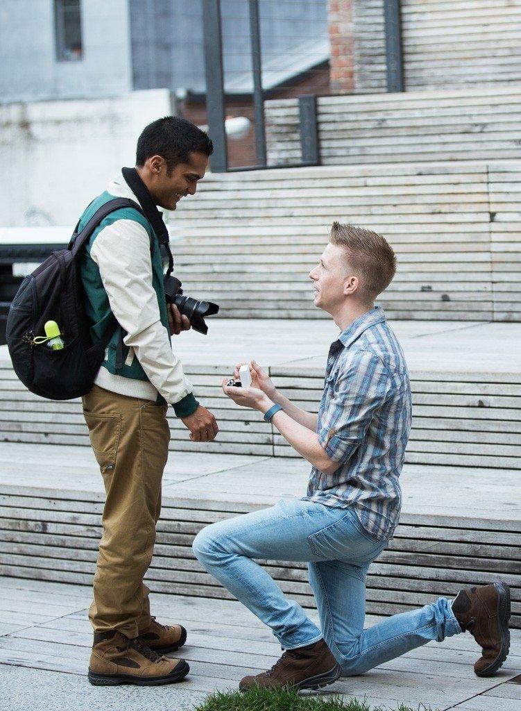 Unikāla profesija: fotogrāfs iemūžina, kā vīrieši uz ielas bildina mīļoto