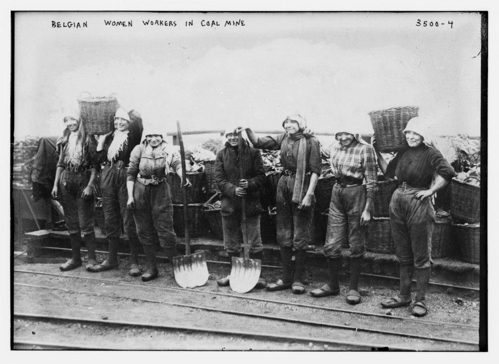 Arhīva foto: Sieviešu skaudrā darba diena pirms 100 gadiem