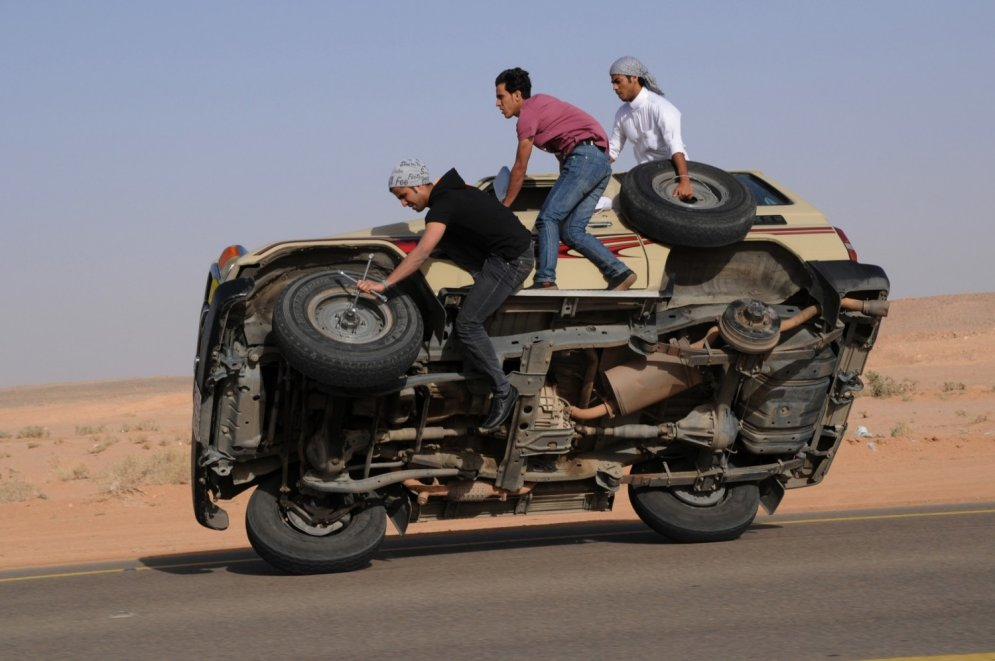 Foto: Arābu vīriešu neprātīgās izklaides uz ceļiem