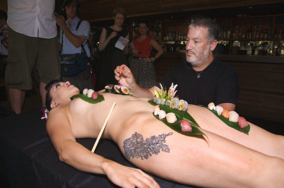 Dīvainā tradīcija – ēst suši no kailas sievietes ķermeņa